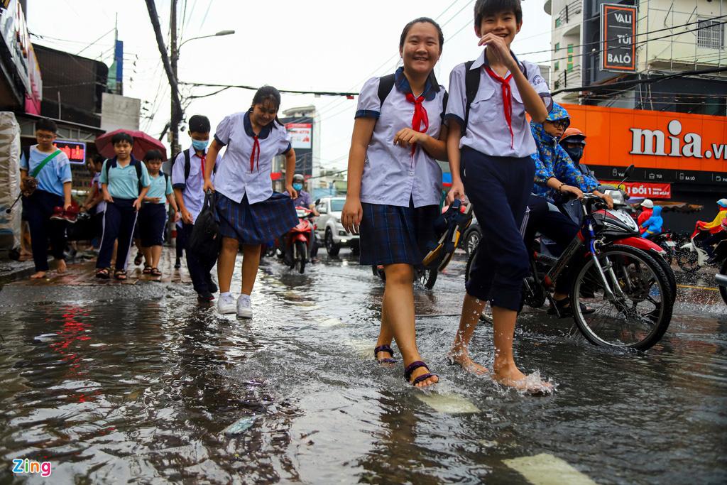 ẢNH: Người dân ngã nhào trong mưa ở TP.HCM - Ảnh 8.