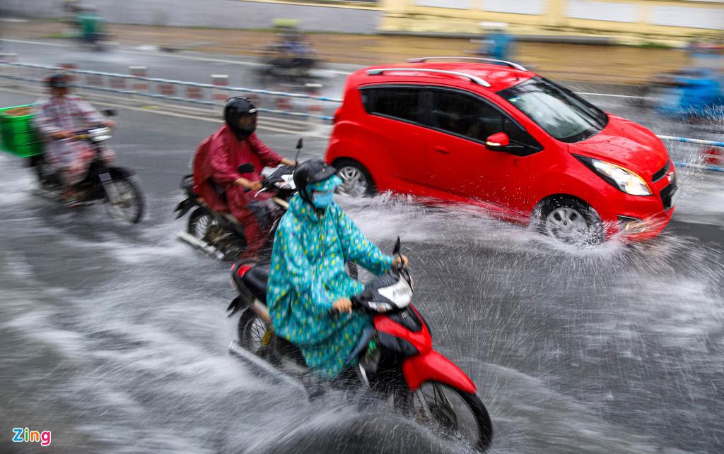 ẢNH: Người dân ngã nhào trong mưa ở TP.HCM - Ảnh 2.
