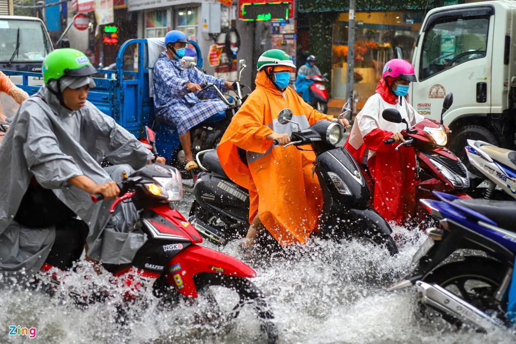 ẢNH: Người dân ngã nhào trong mưa ở TP.HCM - Ảnh 4.