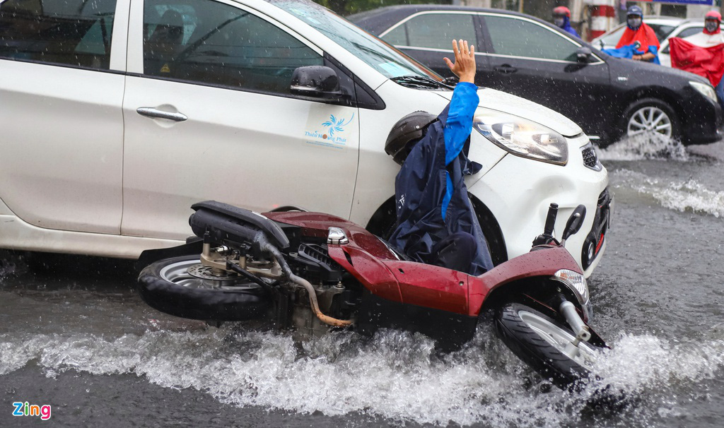 ẢNH: Người dân ngã nhào trong mưa ở TP.HCM - Ảnh 3.