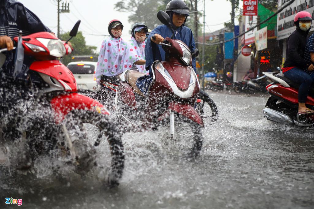 ẢNH: Người dân ngã nhào trong mưa ở TP.HCM - Ảnh 5.