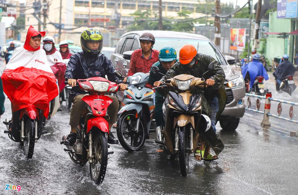 ẢNH: Người dân ngã nhào trong mưa ở TP.HCM - Ảnh 7.