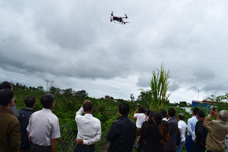 Nông nghiệp thông minh: Khai trương dịch vụ máy bay phun thuốc, gieo hạt không người lái - Ảnh 1.