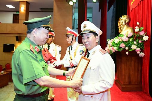 Chủ tịch nước thăng cấp hàm Trung tướng cho Thứ trưởng Bộ Công an Trần Quốc Tỏ  - Ảnh 1.