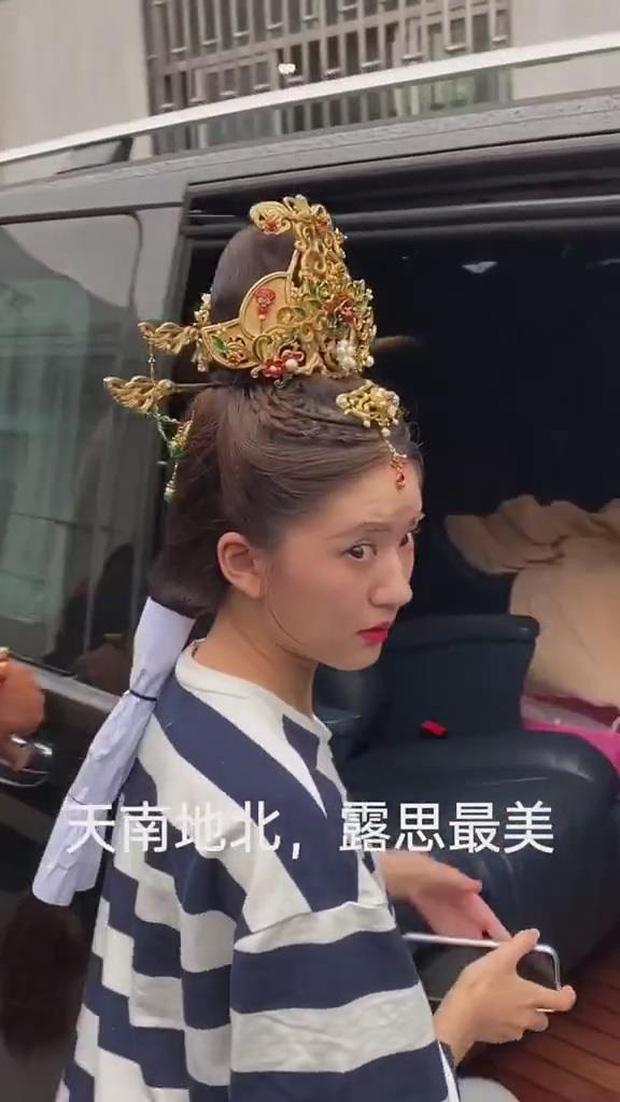 """Clip hậu trường để lộ nhan sắc thật của """"Nữ thần nhan sắc thế hệ mới Cbiz"""" gây bão mạng Trung Quốc - Ảnh 2."""