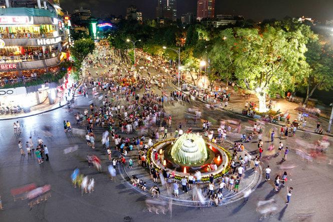 Hà Nội đề xuất không nói tục ở phố đi bộ hồ Hoàn Kiếm, không đeo bám khách du lịch - Ảnh 1.