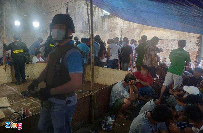 """Hơn 200 cảnh sát phá trường gà """"khủng"""" ở TP.HCM - Ảnh 1."""