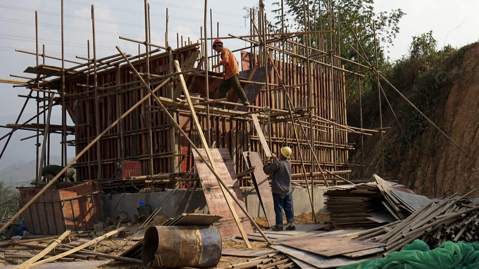 Lào có nguy cơ vỡ nợ lớn, ngày càng phụ thuộc vào tiền từ Trung Quốc - Ảnh 1.