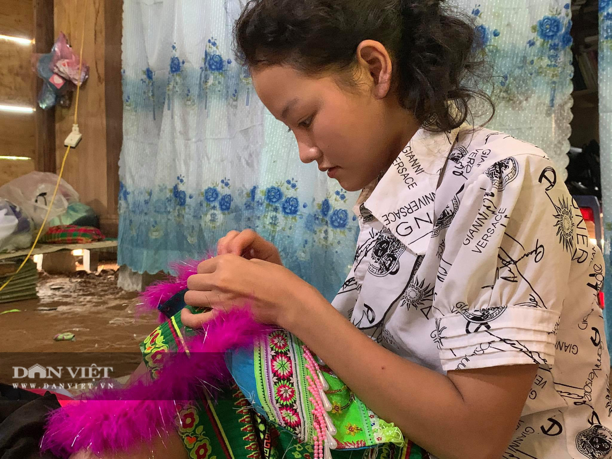 Thiếu nữ Mông Bắc Kạn mặt tươi như hoa, tay mềm như lửa, thoăn thoắt đưa kim may váy, áo thoát nghèo - Ảnh 2.