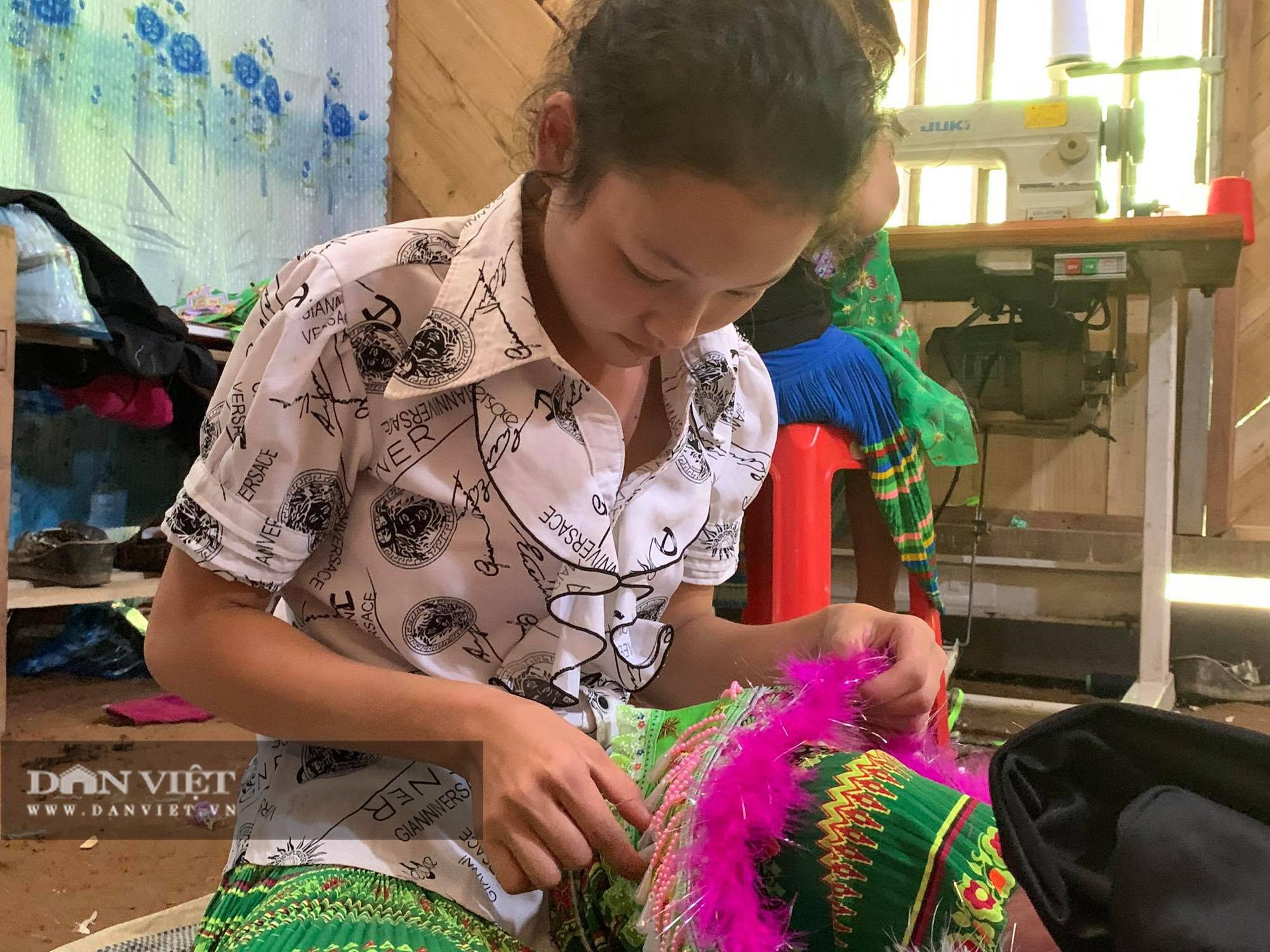 Thiếu nữ Mông Bắc Kạn mặt tươi như hoa, tay mềm như lửa, thoăn thoắt đưa kim may váy, áo thoát nghèo - Ảnh 4.