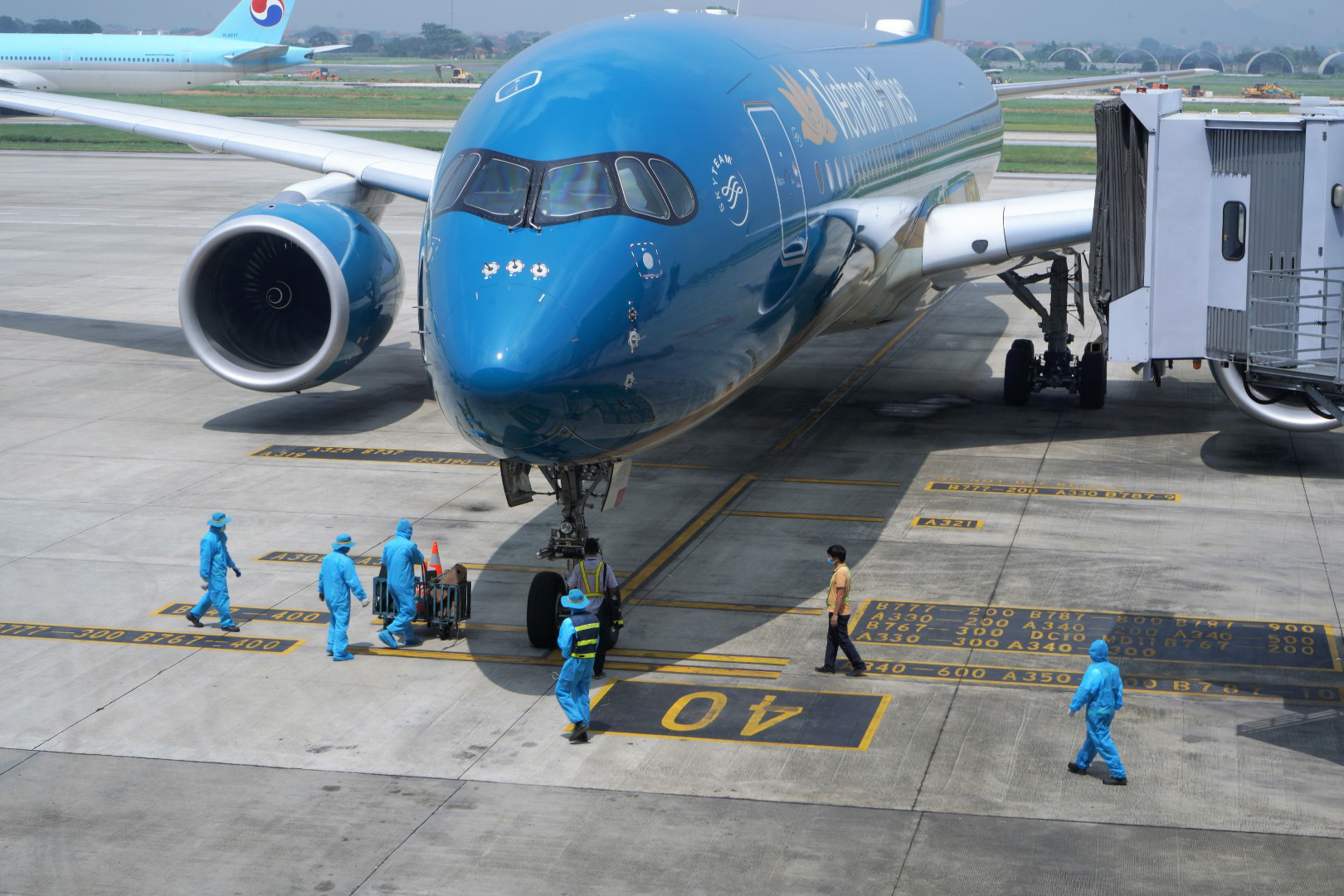 Chuyến bay quốc tế đầu tiên sau dịch Covid-19 có gì đặc biệt? - Ảnh 2.