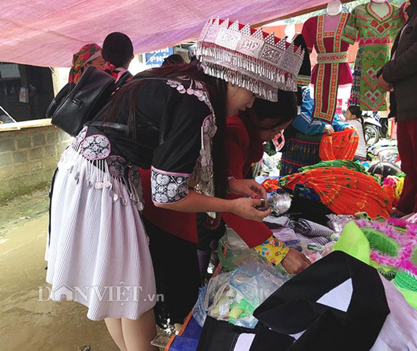 Thiếu nữ Mông Bắc Kạn mặt tươi như hoa, tay mềm như lửa, thoăn thoắt đưa kim may váy, áo thoát nghèo - Ảnh 9.