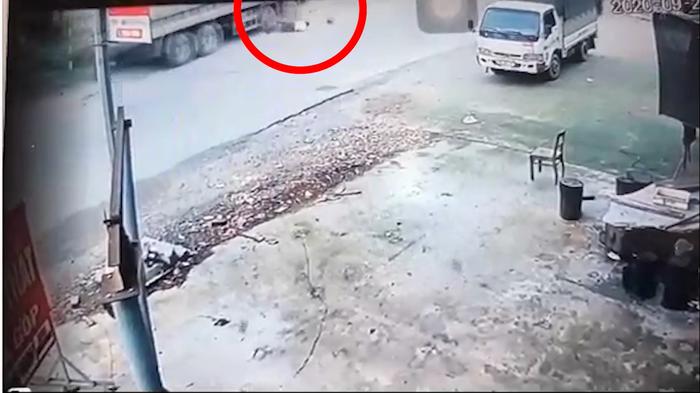 Video: Người đàn ông suýt mất mạng dưới bánh xe tải với pha qua đường cẩu thả - Ảnh 1.