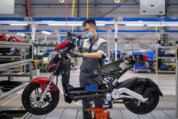 Bloomberg: Xe máy điện VinFast hướng tới tương lai của giao thông xanh tại Việt Nam - Ảnh 1.