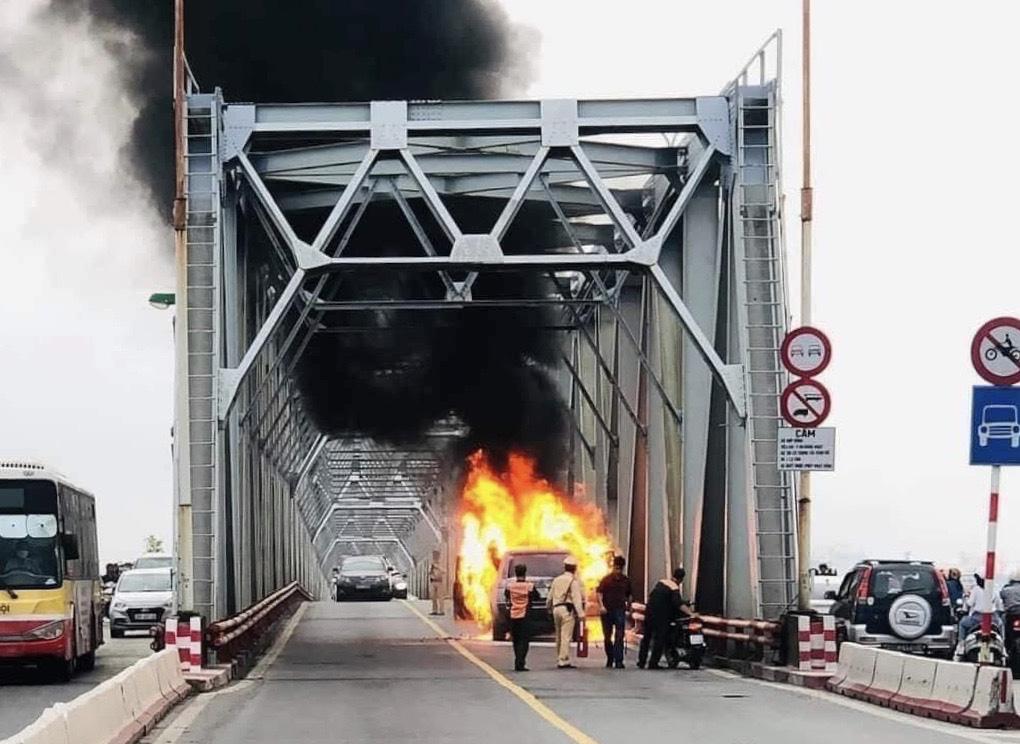 CLIP: Ô tô Range Rover bốc cháy dữ dội trên cầu Chương Dương - Ảnh 4.