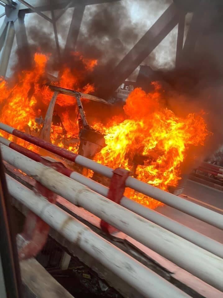 CLIP: Ô tô Range Rover bốc cháy dữ dội trên cầu Chương Dương - Ảnh 3.