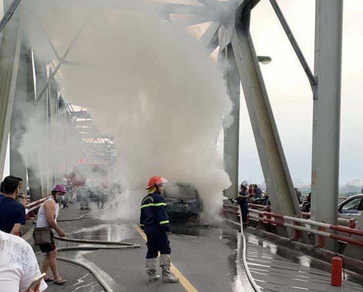 CLIP: Ô tô Range Rover bốc cháy dữ dội trên cầu Chương Dương - Ảnh 5.