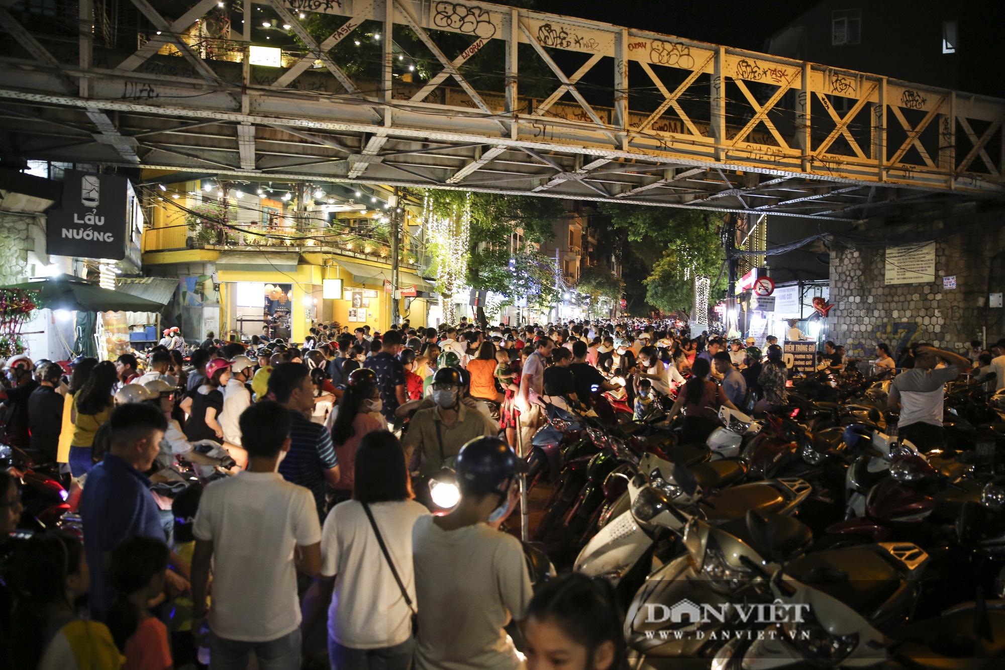 Hàng nghìn người đổ phố bích họa Phùng Hưng thưởng lãm đèn lồng - Ảnh 1.
