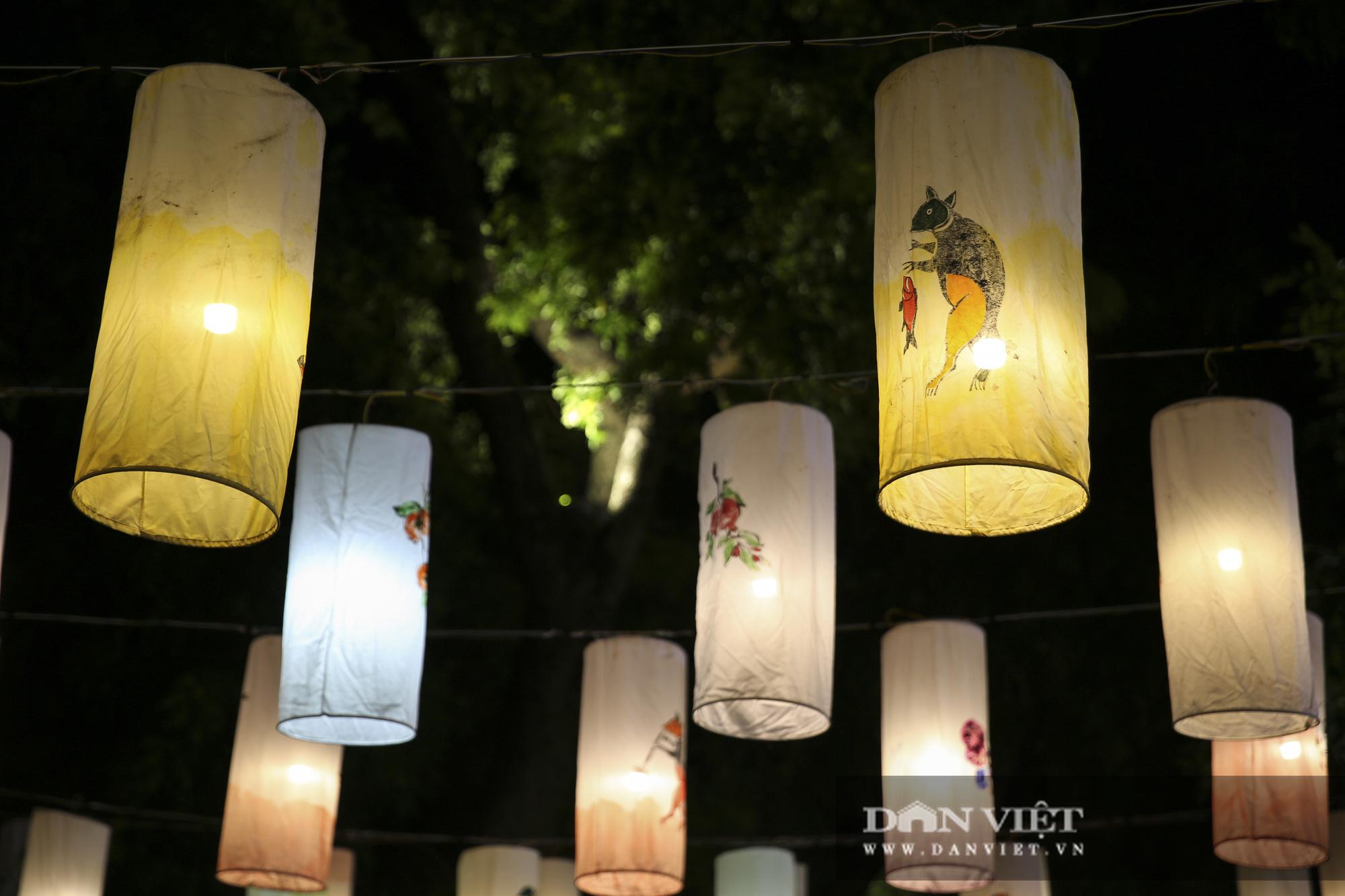 Hàng nghìn người đổ phố bích họa Phùng Hưng thưởng lãm đèn lồng - Ảnh 10.