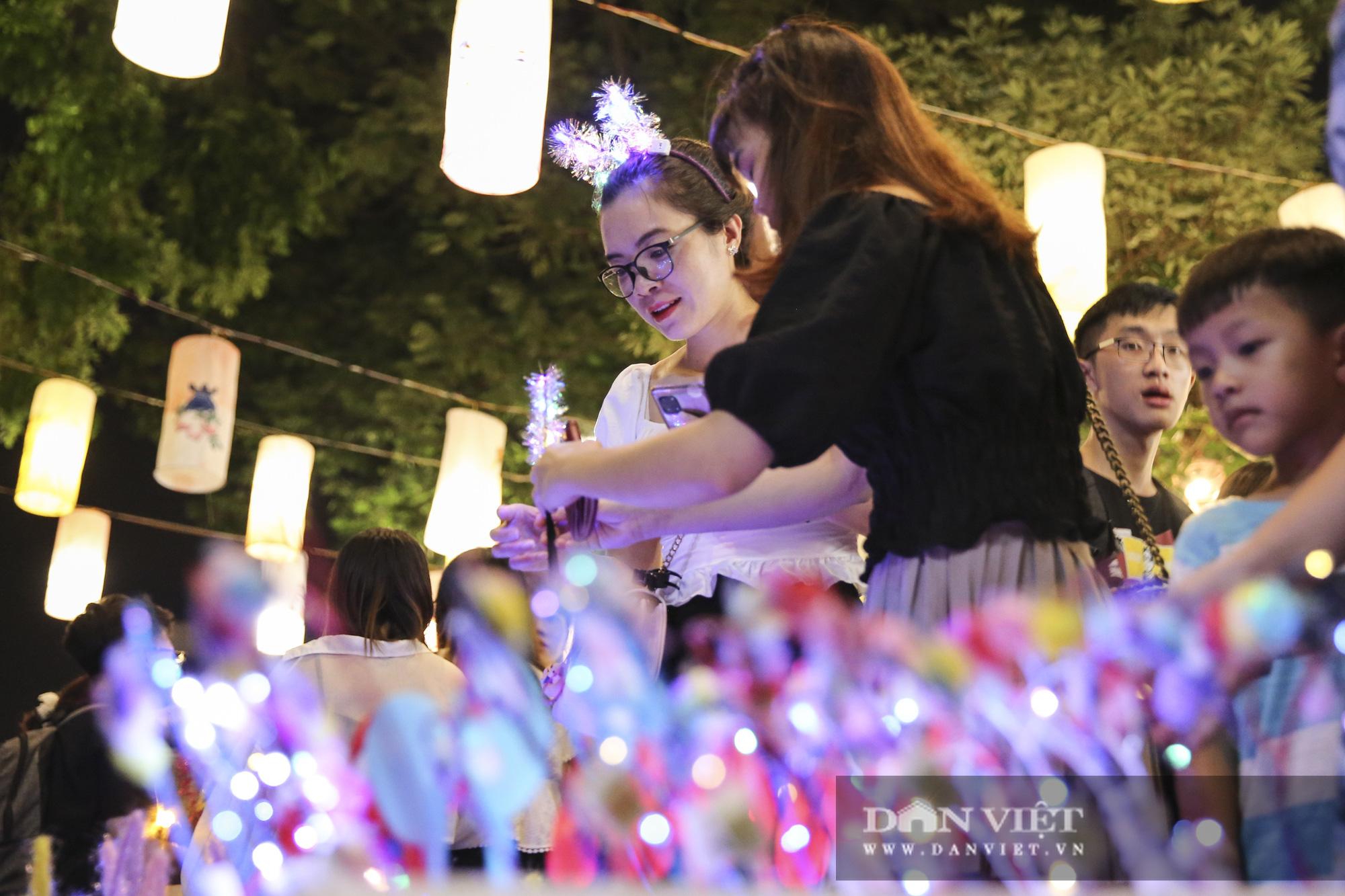 Hàng nghìn người đổ phố bích họa Phùng Hưng thưởng lãm đèn lồng - Ảnh 11.
