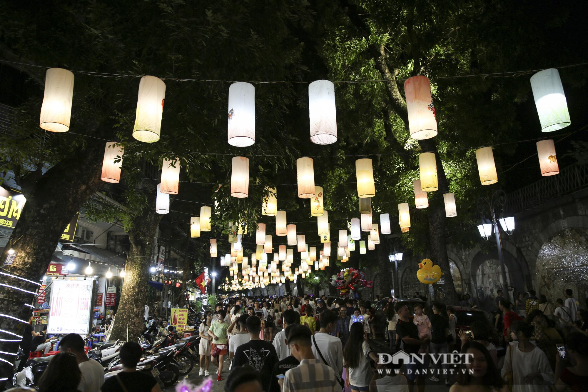 Hàng nghìn người đổ phố bích họa Phùng Hưng thưởng lãm đèn lồng - Ảnh 12.