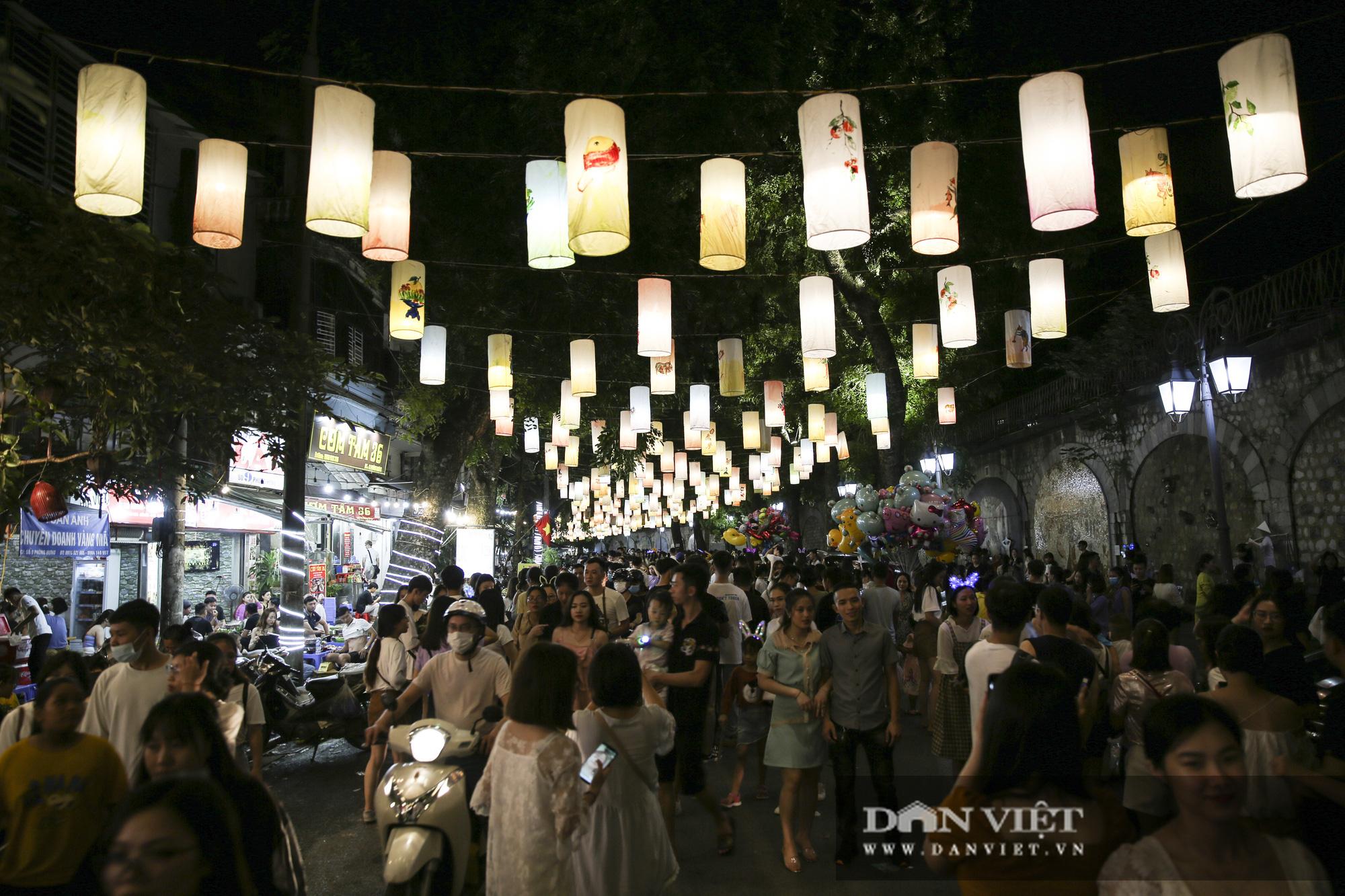 Hàng nghìn người đổ phố bích họa Phùng Hưng thưởng lãm đèn lồng - Ảnh 2.