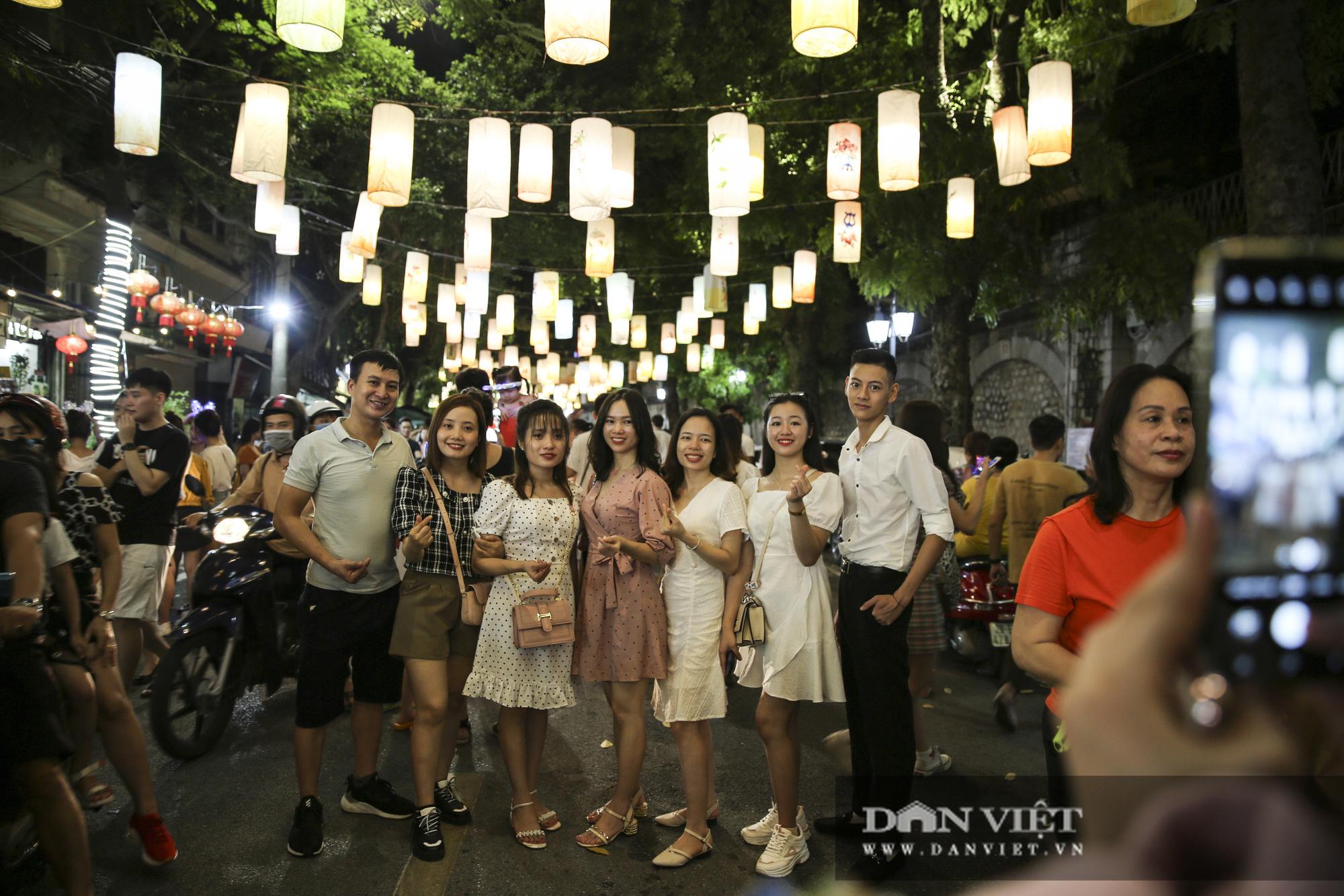 Hàng nghìn người đổ phố bích họa Phùng Hưng thưởng lãm đèn lồng - Ảnh 3.