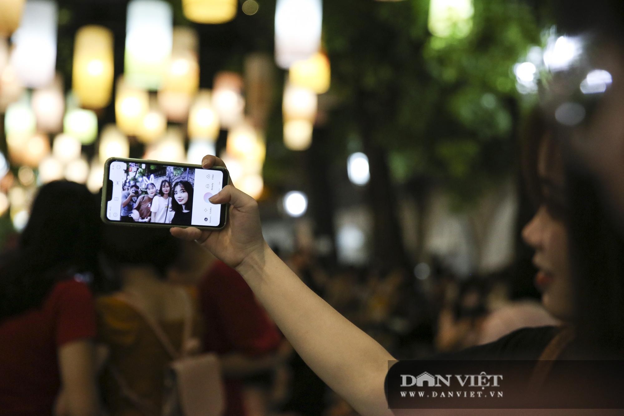 Hàng nghìn người đổ phố bích họa Phùng Hưng thưởng lãm đèn lồng - Ảnh 6.