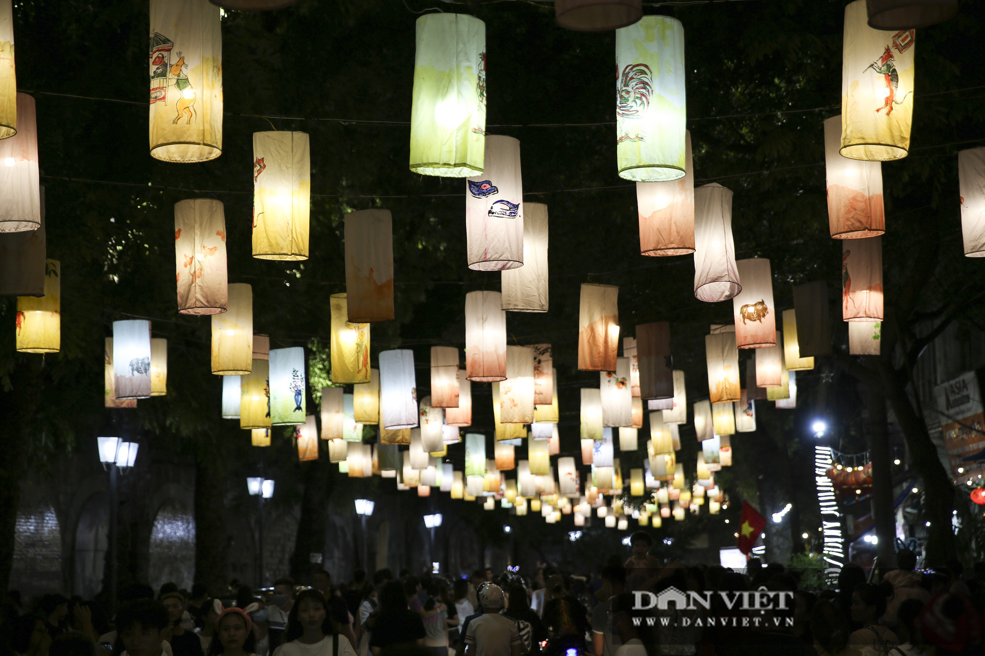 Hàng nghìn người đổ phố bích họa Phùng Hưng thưởng lãm đèn lồng - Ảnh 8.