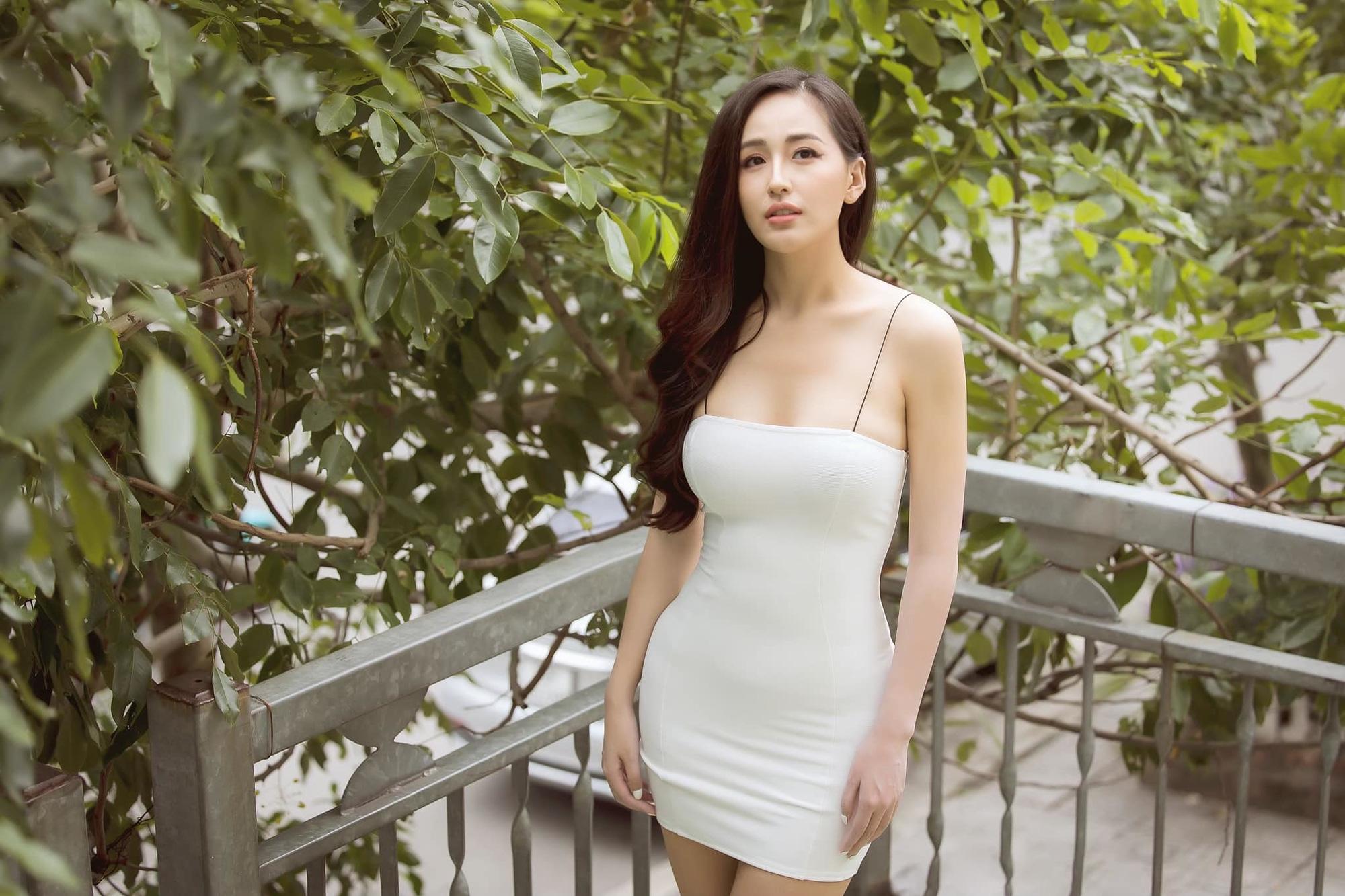 """Sau ảnh hiếm hoi mặc bikini khoét sâu, Mai Phương Thúy quyến rũ """"đốt mắt"""" với váy dây siêu mảnh - Ảnh 3."""