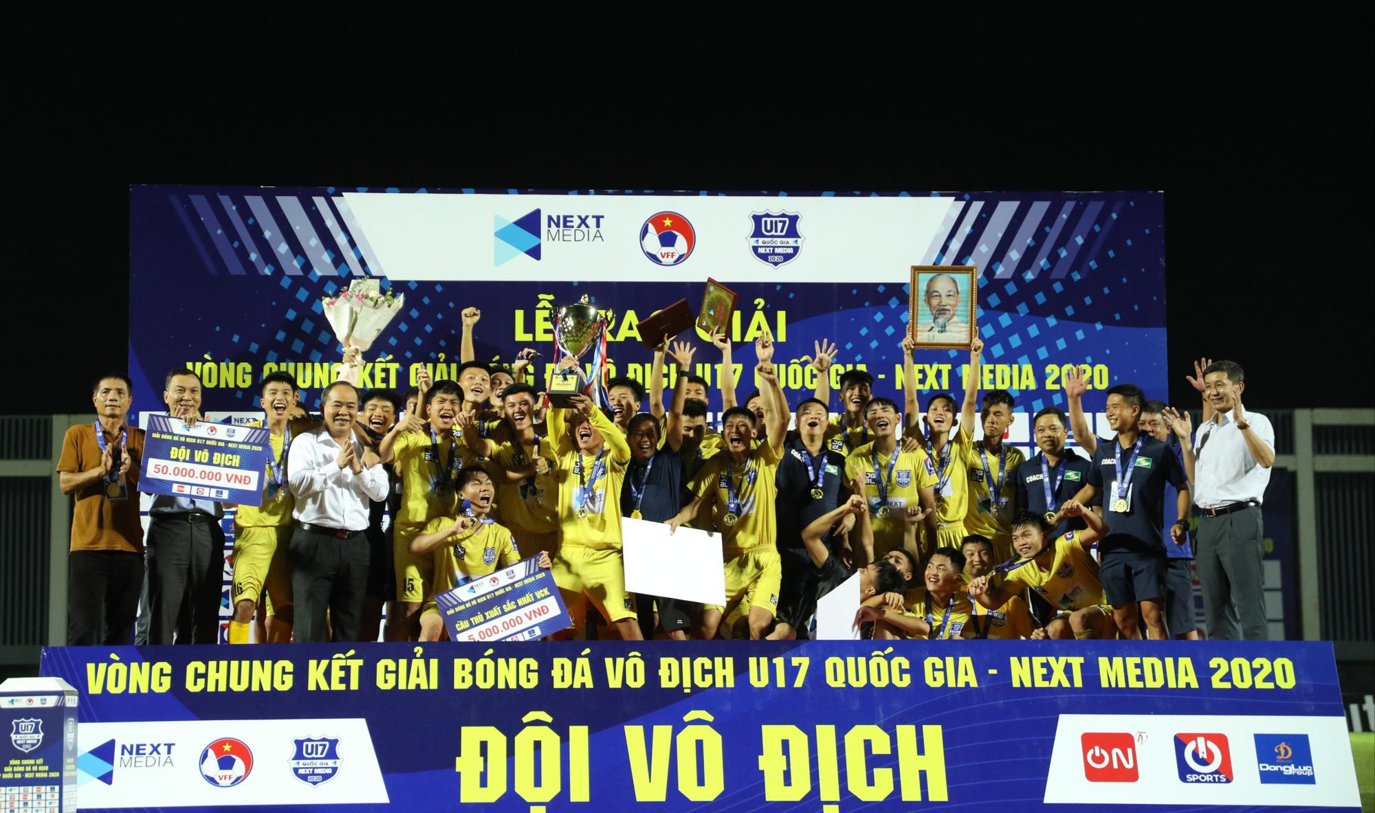 Bị hỏi xoáy, Văn Quyến đáp xoay khi U17 SLNA vô địch QG - Ảnh 1.