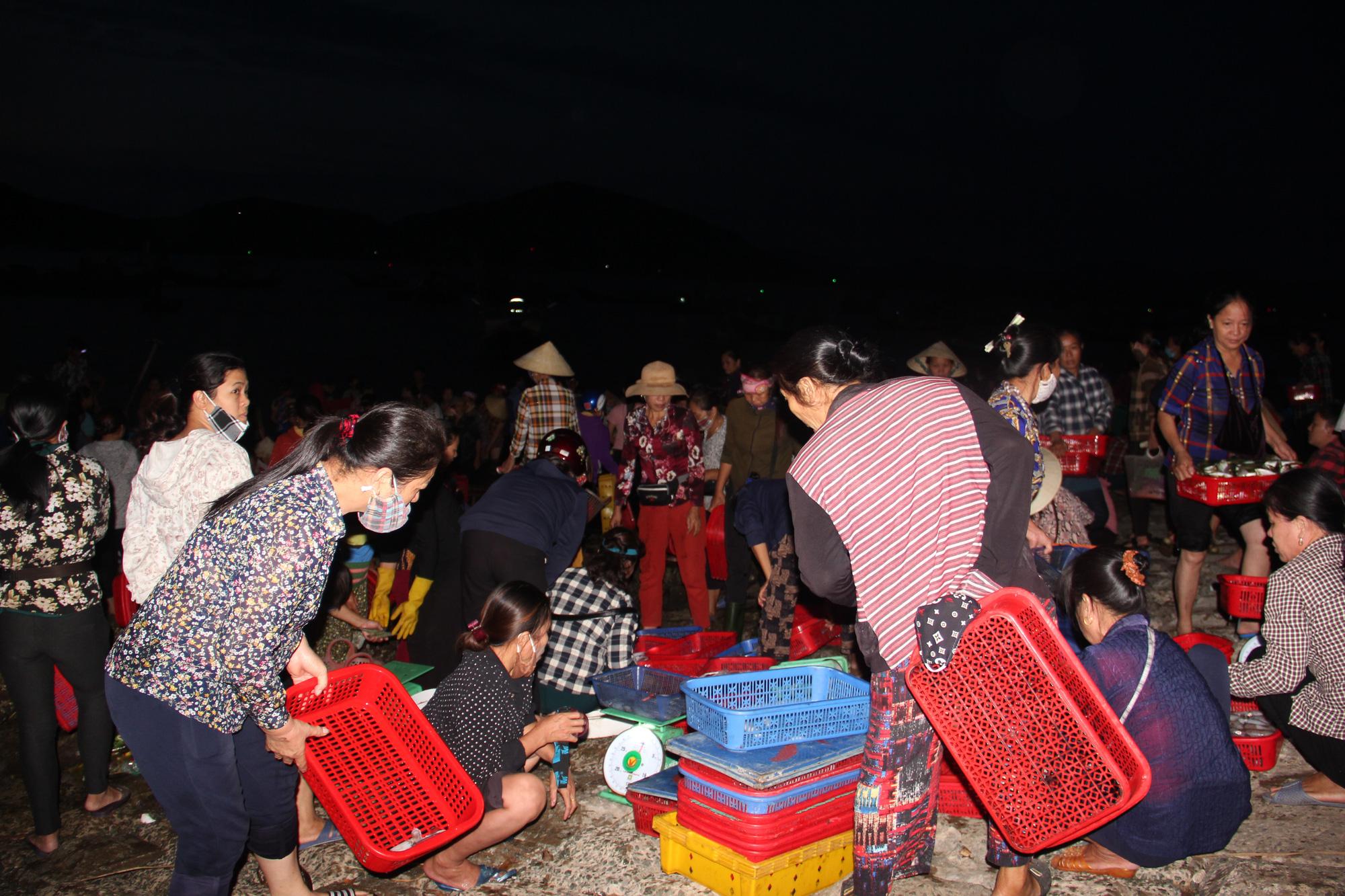 Độc đáo chợ cá truyền thống hơn 400 năm - Ảnh 2.