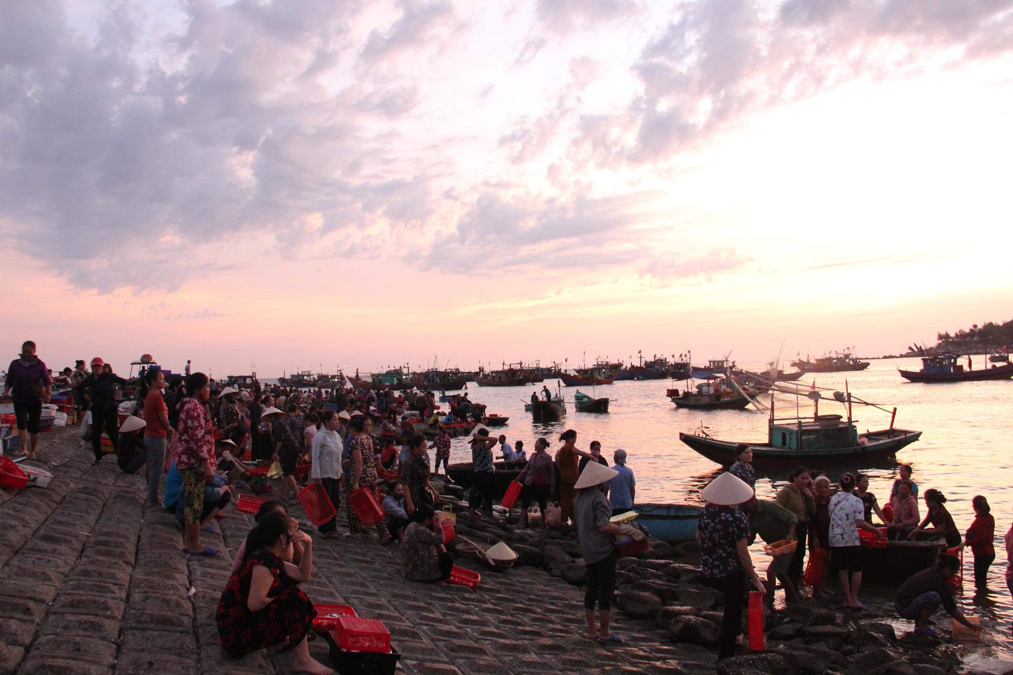 Độc đáo chợ cá truyền thống hơn 400 năm - Ảnh 1.