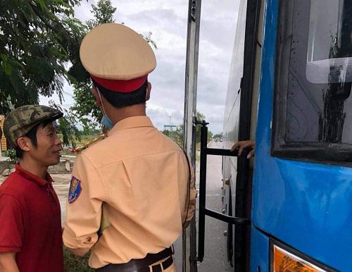 Hà Tĩnh: Dừng các phương tiện giao thông để truy tìm nghi phạm đâm mẹ và chị vợ cũ - Ảnh 1.