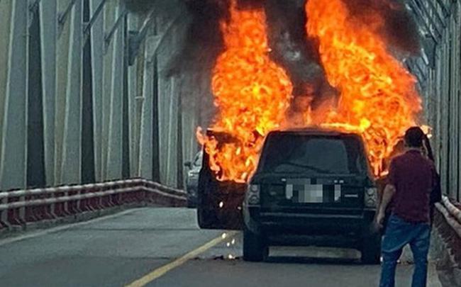 Vì sao xe sang Range Rover bốc cháy trơ khung dù trang bị hiện đại, an toàn? - Ảnh 1.