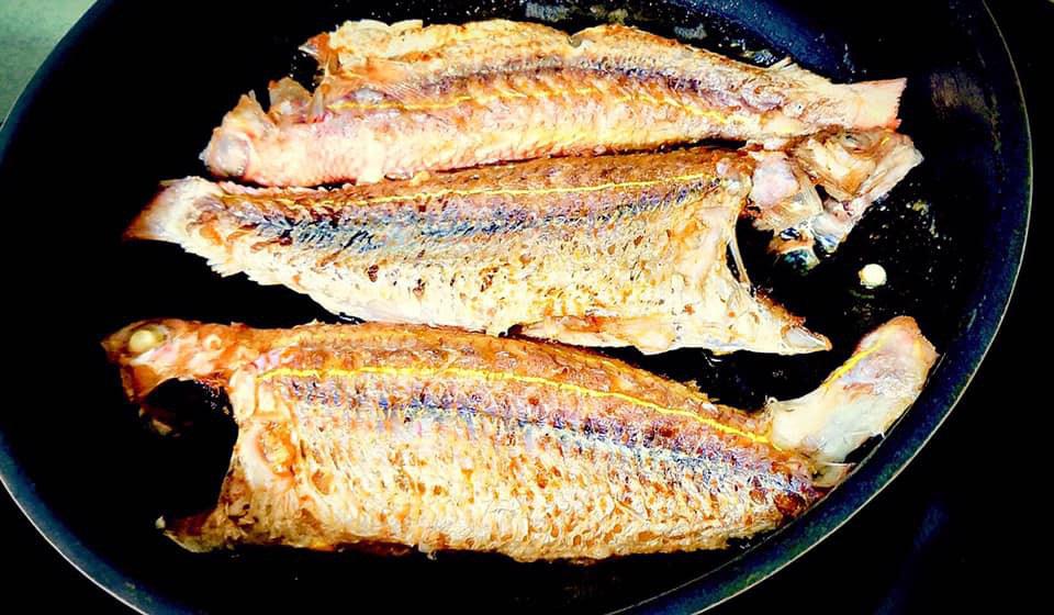 Gia vị quen thuộc giúp rán cá không nát, vàng giòn, không bị bắn mà ít người biết - Ảnh 3.