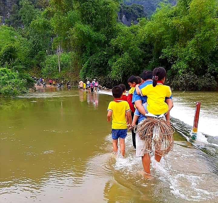 """Lạng Sơn: Học sinh vất vả vượt sông """"đi tìm con chữ"""" ngày mưa lũ  - Ảnh 2."""