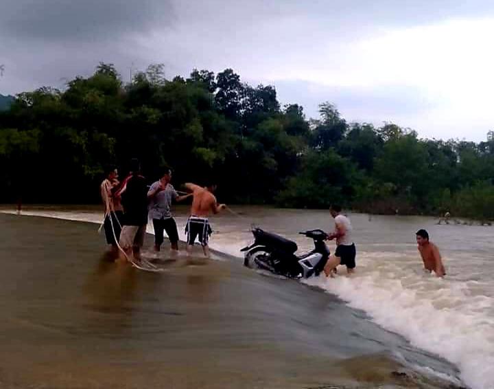 """Lạng Sơn: Học sinh vất vả vượt sông """"đi tìm con chữ"""" ngày mưa lũ  - Ảnh 3."""