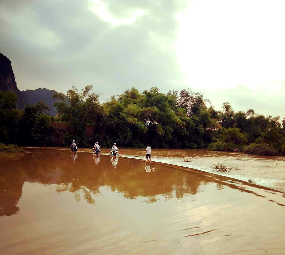 """Lạng Sơn: Học sinh vất vả vượt sông """"đi tìm con chữ"""" ngày mưa lũ  - Ảnh 1."""