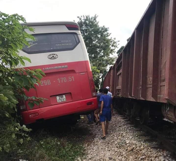 Tàu hỏa húc vào xe đưa đón học sinh, ít nhất 3 học sinh bị thương  - Ảnh 2.