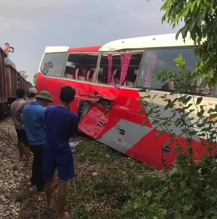 Tàu hỏa húc vào xe đưa đón học sinh, ít nhất 3 học sinh bị thương  - Ảnh 3.