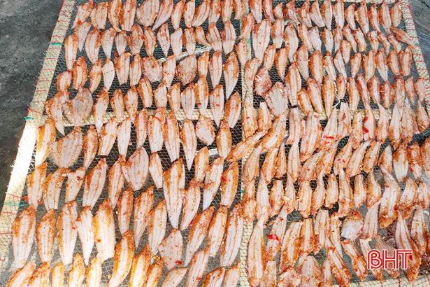 """Hà Tĩnh: Độc đáo ngôi làng quanh năm tranh thủ """"chớp"""" nắng hanh vàng, tất bật phơi mẻ cá thờn bơn tươi ngon - Ảnh 5."""