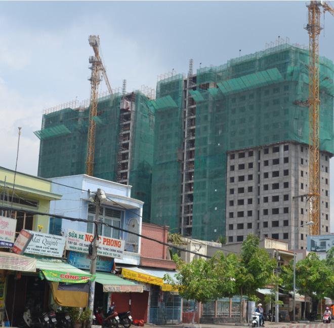 Trường học, căn hộ ở TP.HCM bị ngân hàng rao bán - Ảnh 2.