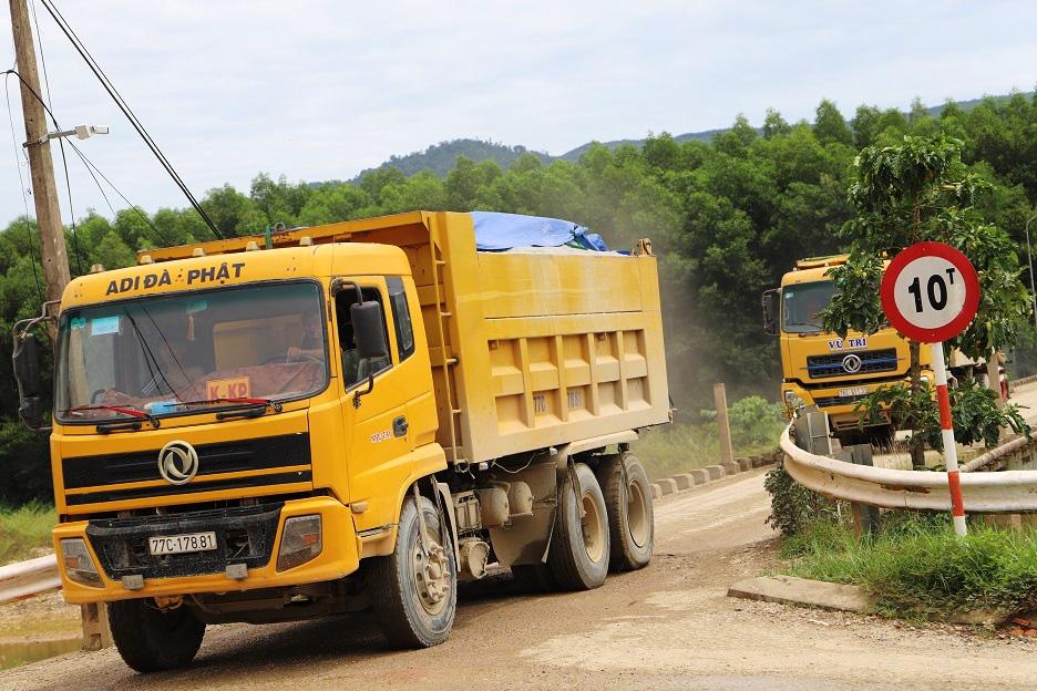 """Bình Định: Đoàn xe """"siêu tải"""" cày xéo, 16km đường ở huyện miền núi """"nát như tương"""" - Ảnh 1."""