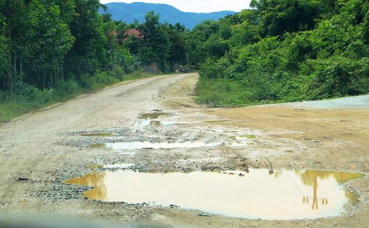 """Bình Định: Đoàn xe """"siêu tải"""" cày xéo, 16km đường ở huyện miền núi """"nát như tương"""" - Ảnh 10."""
