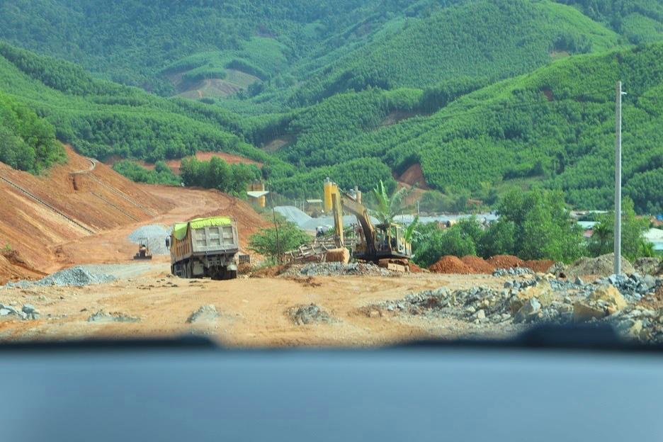 """Bình Định: Đoàn xe """"siêu tải"""" cày xéo, 16km đường ở huyện miền núi """"nát như tương"""" - Ảnh 11."""