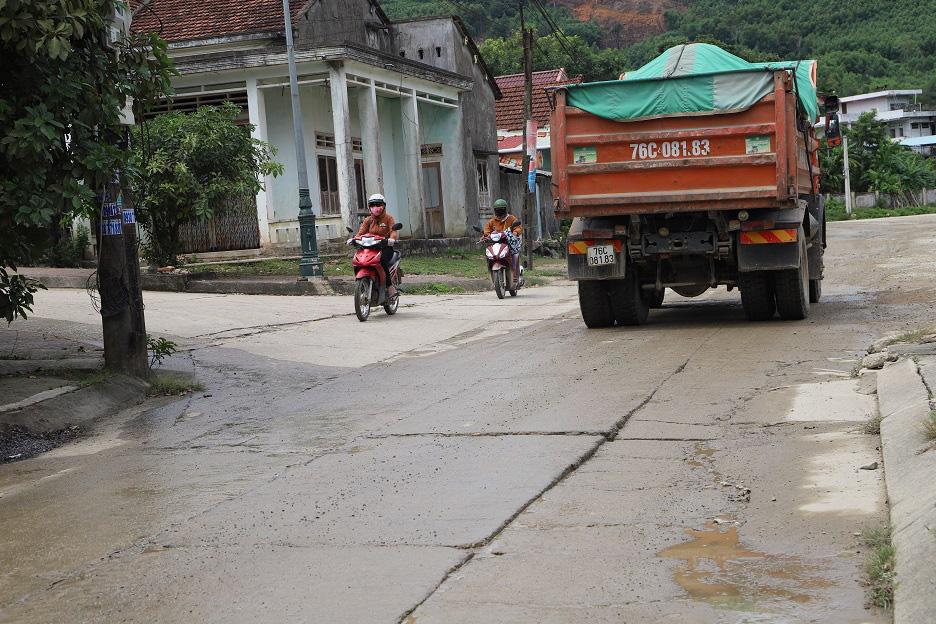 """Bình Định: Đoàn xe """"siêu tải"""" cày xéo, 16km đường ở huyện miền núi """"nát như tương"""" - Ảnh 12."""