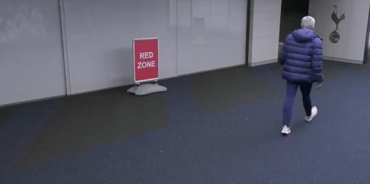 Mourinho chạy vào nhà vệ sinh tìm Eric Dier