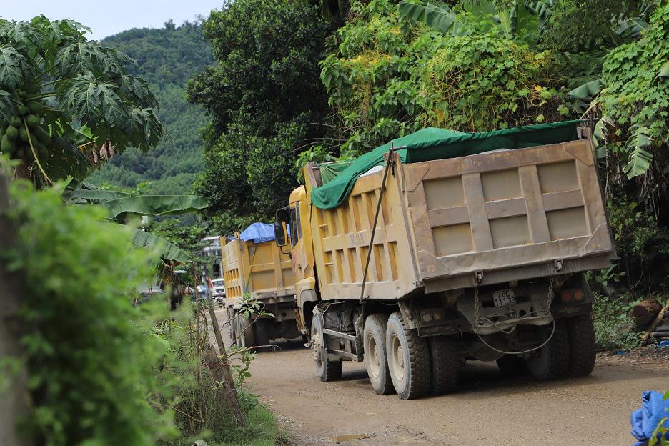 """Bình Định: Đoàn xe """"siêu tải"""" cày xéo, 16km đường ở huyện miền núi """"nát như tương"""" - Ảnh 3."""