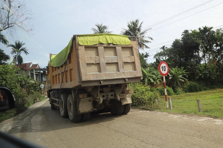 """Bình Định: Đoàn xe """"siêu tải"""" cày xéo, 16km đường ở huyện miền núi """"nát như tương"""" - Ảnh 4."""